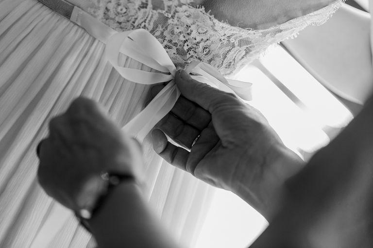 Brautkleid, Schleife am Rücken wird gebunden