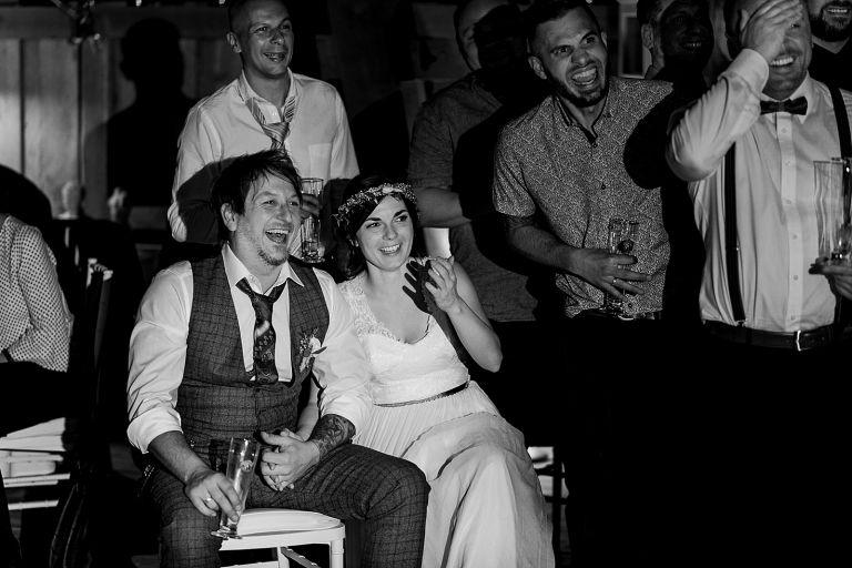 Brautpaar und Freunde lachen sich kaputt