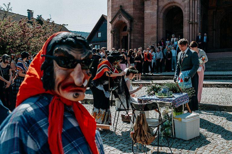 Narrenverein vor der Kirche