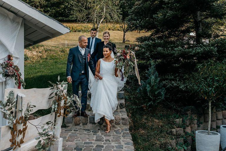 Brautpaar kommt zur Trauung