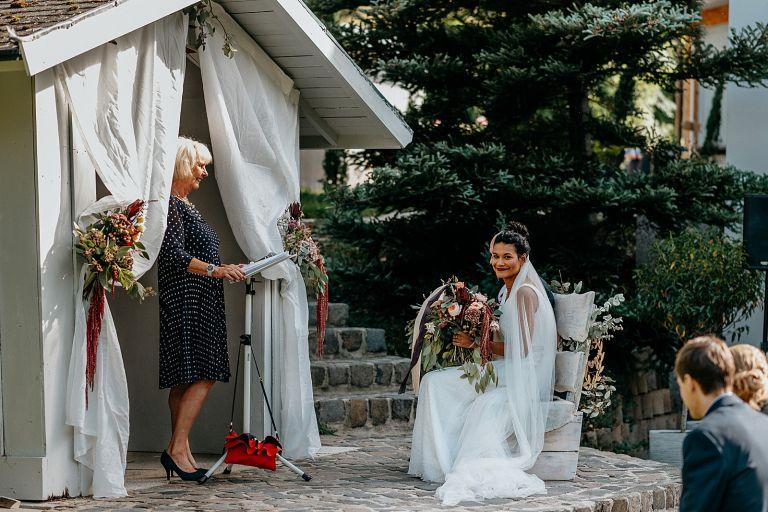 Braut schaut sehr glücklich
