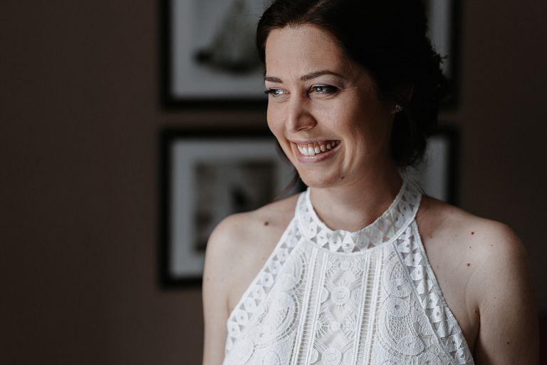 Braut schaut zufrieden und lächelt