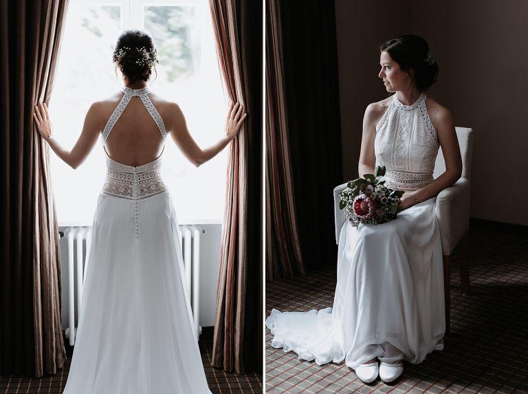 Braut sitzt in einem Sessel vor dem Fenster