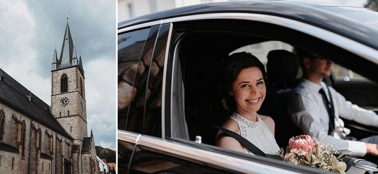Braut im auto vor der Kirche