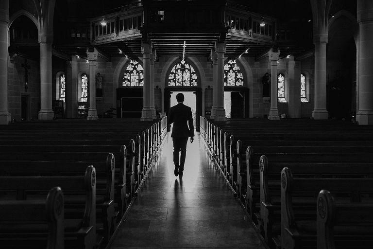 Trauzeuge schreitet den Kirchentag entlang