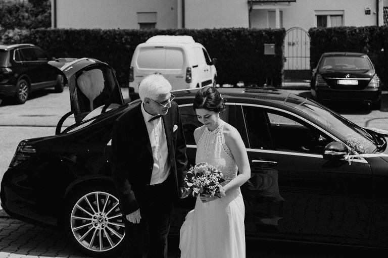 Brautvater und Braut vor dem Brautauto
