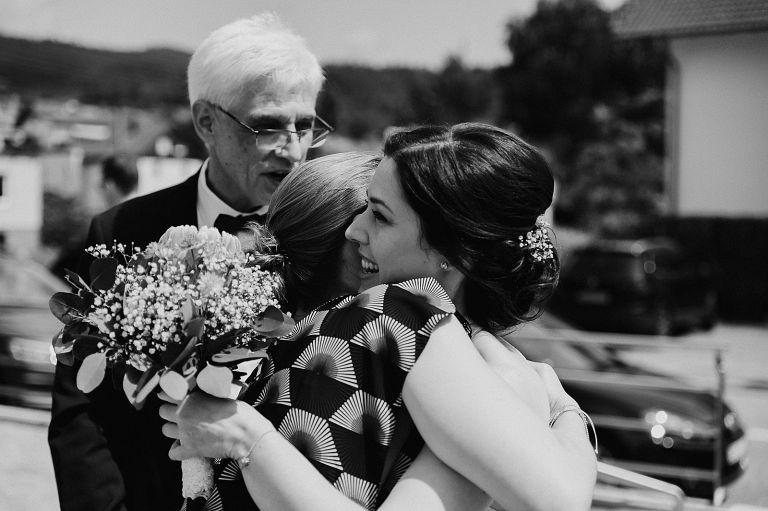 Trauzeugin umarmt Braut