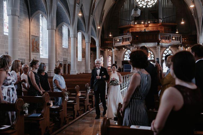 Braut mit Brautvater im Kirchengang
