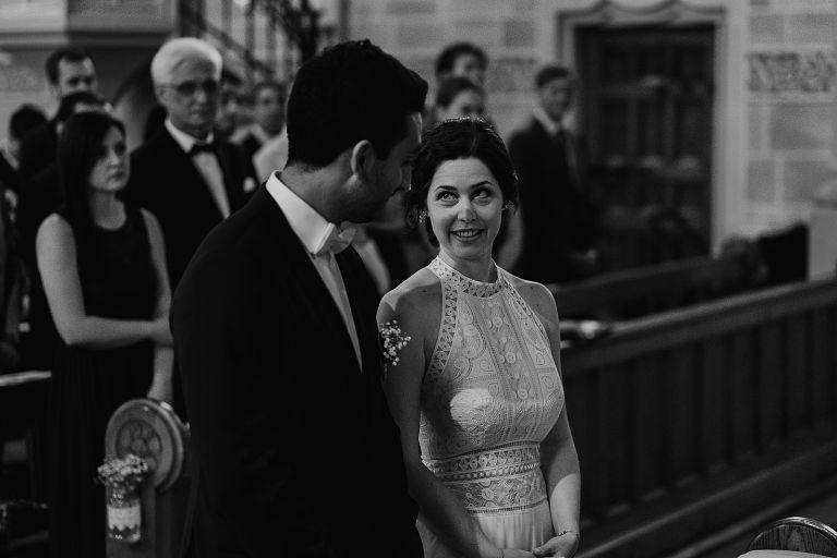 Braut und Bräutigam schauen sich verliebt an