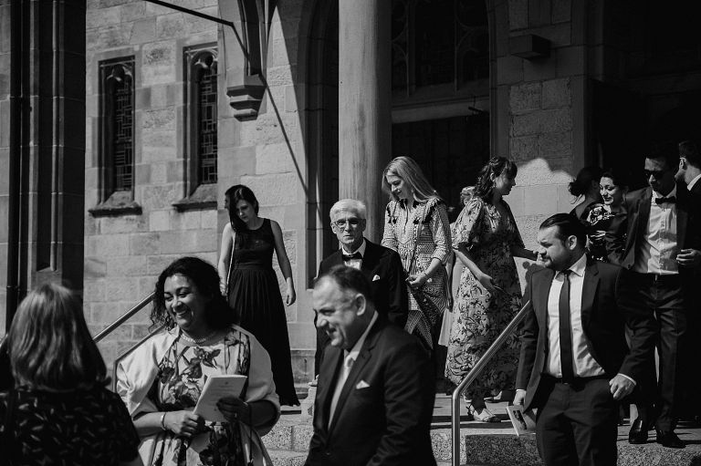 Gäste gehen aus der Kirche