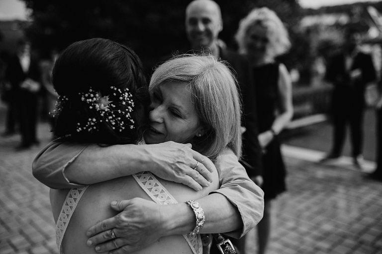 Mutter umarmt Braut