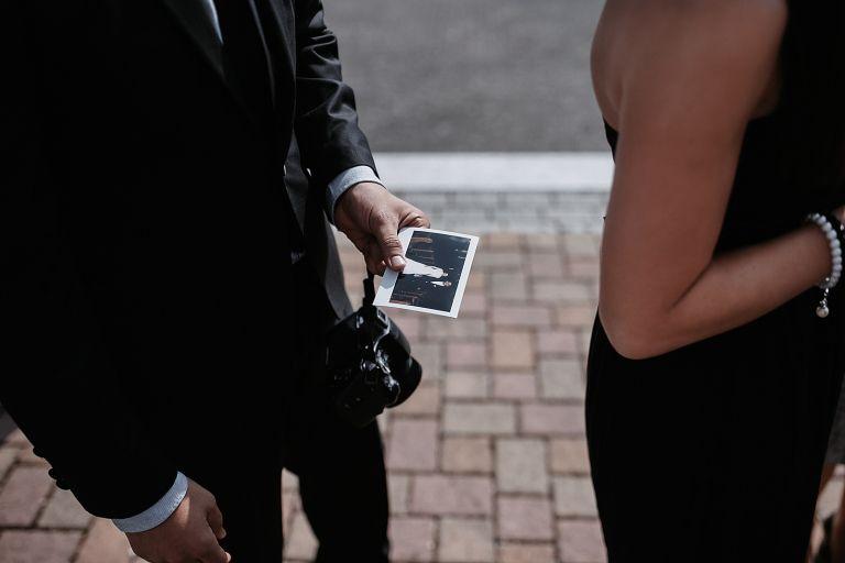 Gast hält ein Polaroidfoto in der Hand