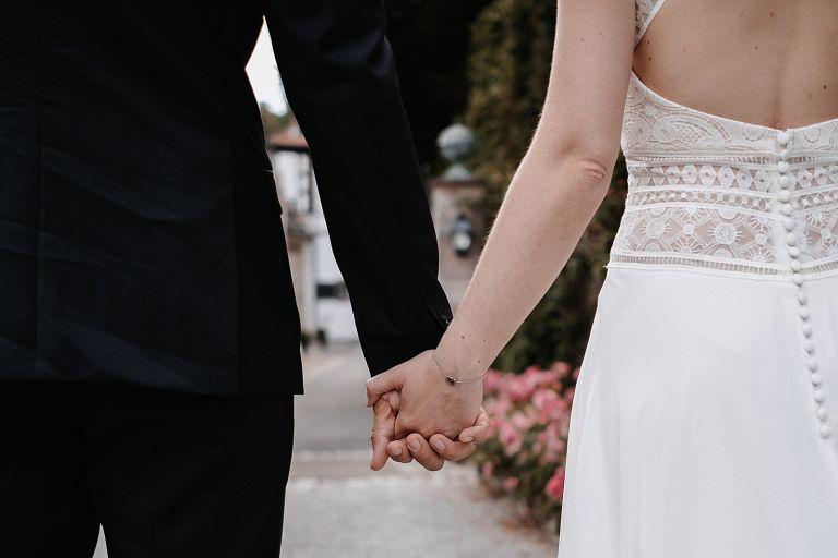 Brautpaar trifft beim schloss ein