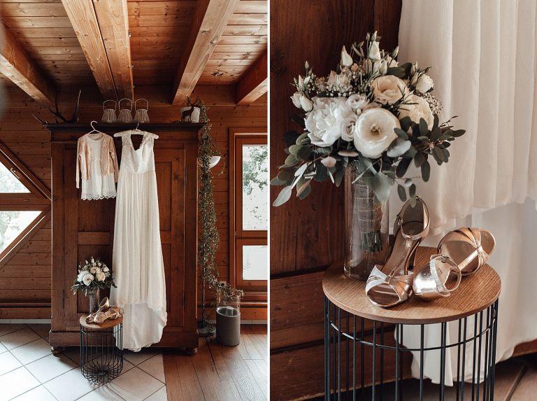Brautkleid hängt an einem Holtschrank