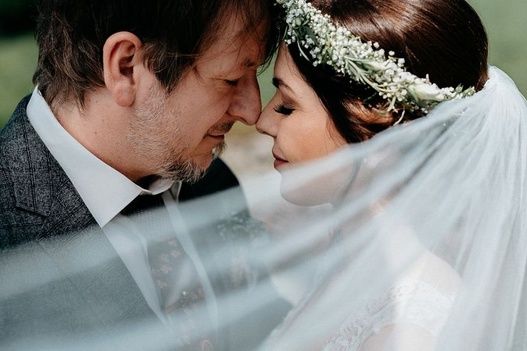 Brautpaar Nase an Nase verträumter Blick
