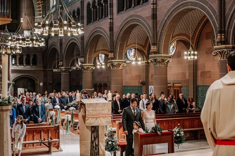 Blick in die Kirche vom Altar aus
