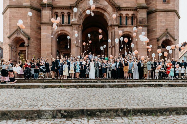 Gruppenbild vor der Kirche mit Luftballon