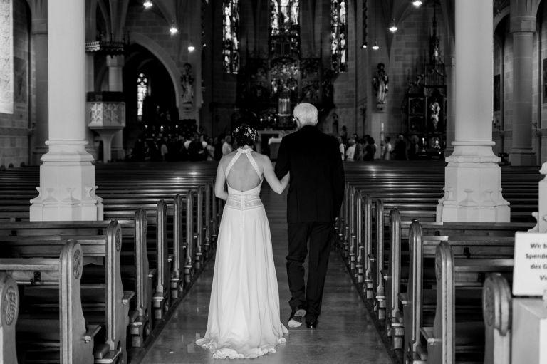 Braut und Brautvater laufen in die Kirche ein