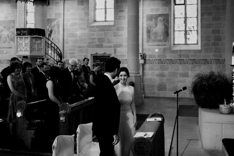 Braut und Bräutigam vor dem Altar