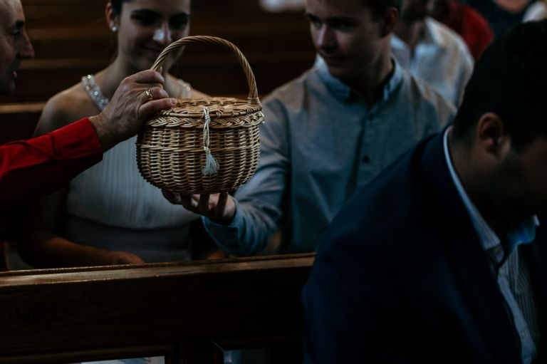 Klingelbeutel in den Reihen der Kirche