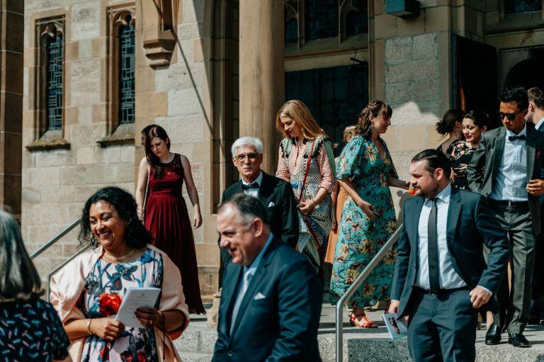Hochzeitsgesellschaft verlässt die Kirche