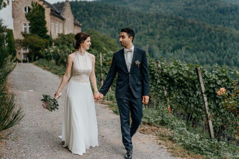 Brautpaar läuft Hand in Hand